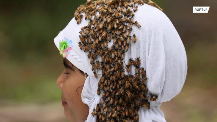 10万匹のハチに覆われた少女が訴えることとは…
